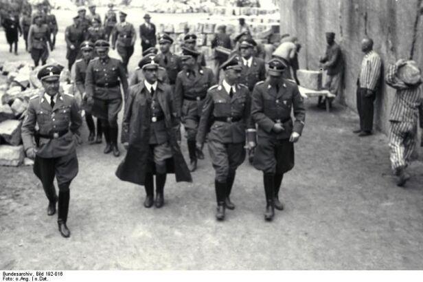 Franz Kutschera (w długim płaszczu) w towarzystwie m.in. Heinricha Himmlera Bundesarchiv