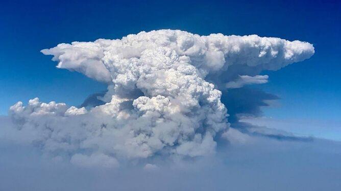 """""""Pożar jest tak wielki, że zmienia pogodę"""". Ponad dwa tysiące ludzi musiało opuścić swoje domy"""