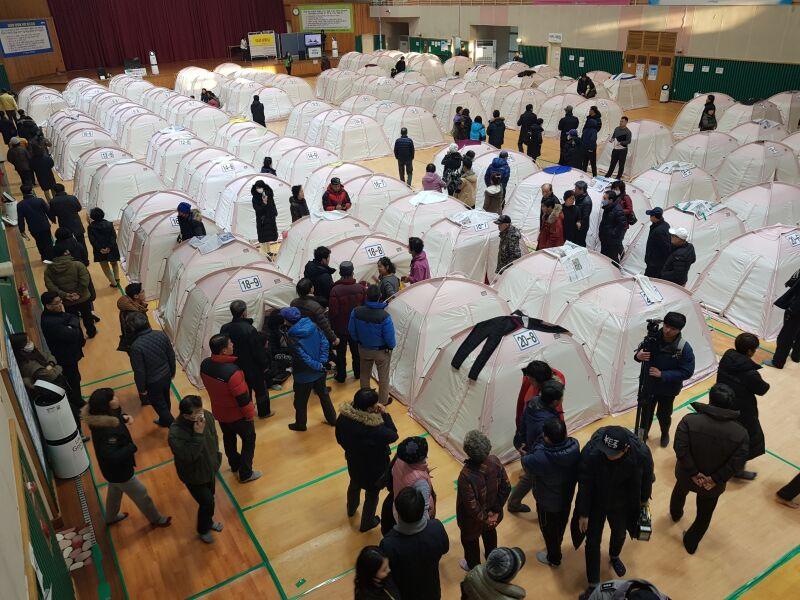Wiele osób zdecydowało się przeczekać noc w schronie (PAP/EPA/YONHAP)